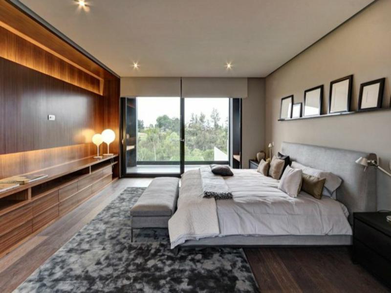 schönes wandregal im schlafzimmer