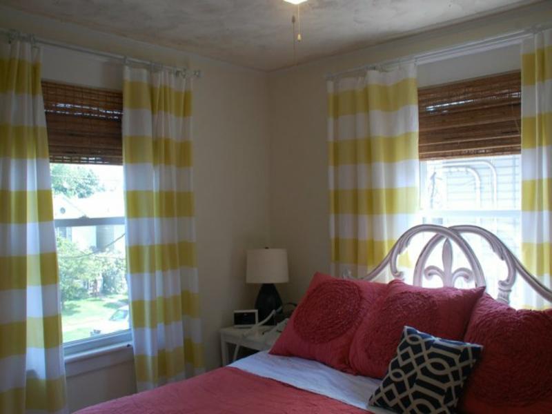 kombination aus gardinen und jalousien im schlafzimmer