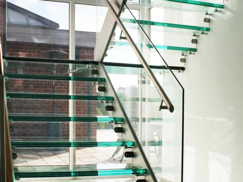 moderne schlichte treppen aus glas
