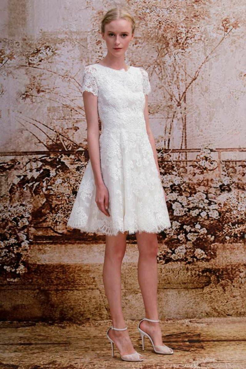 Schlichtes Hochzeitskleid mit Spitze