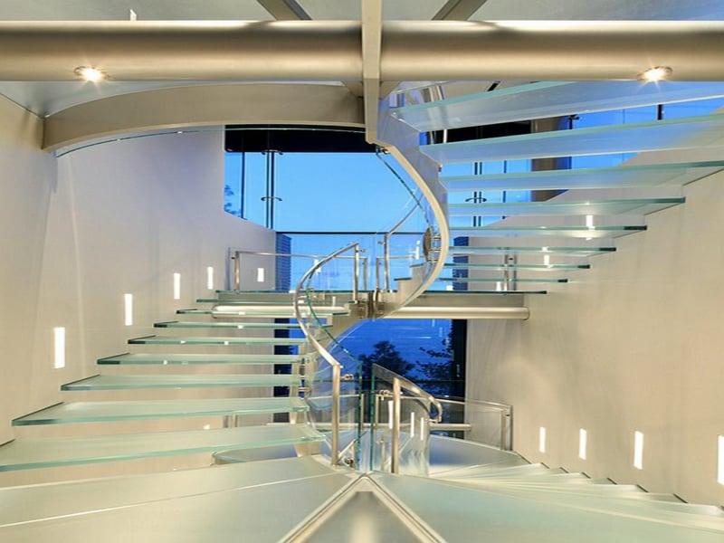 glaskorridor und glastreppen