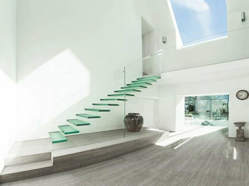 schwebende treppe aus glas und weiße wände