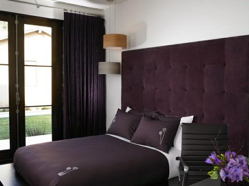designer stivlvolles schlafzimmer mit lila fenstervorhängen