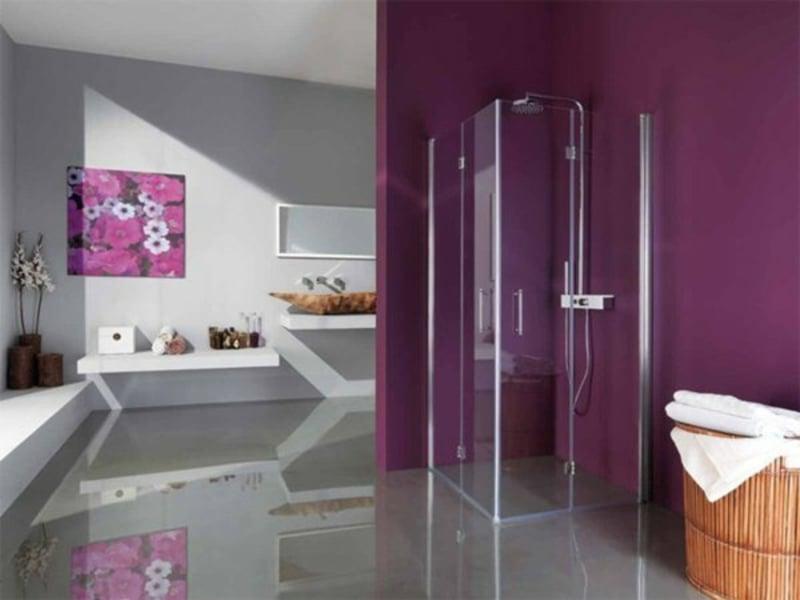 tolle duschkabine aus glas und lila wände