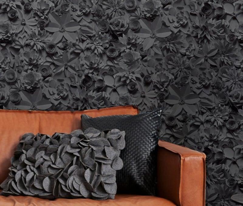 schwarze Tapete mit floralen Motiven