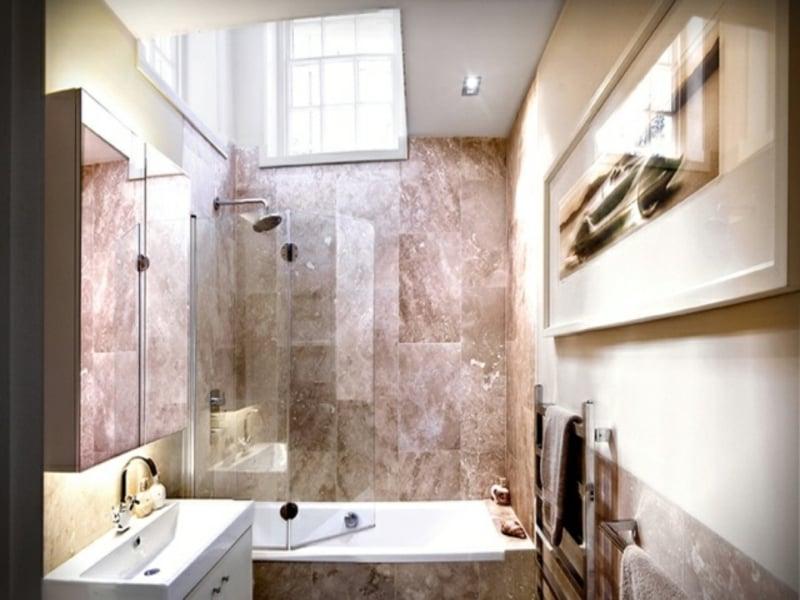 glaswand mit zwei flügeln im kleinen badezimmer