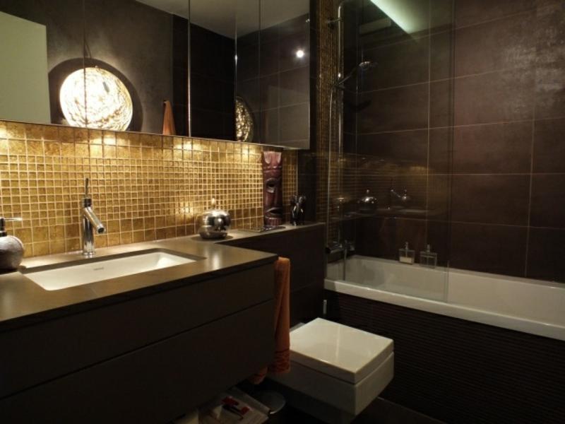 goldene mozaik und badewanne im traumbad