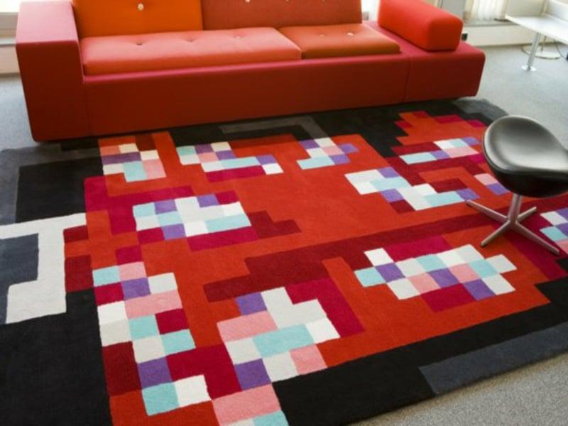 rotes wohnzimmerteppich und rotes sofa
