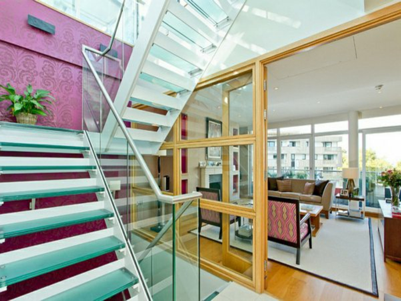 moderne treppen vor einer lila wand