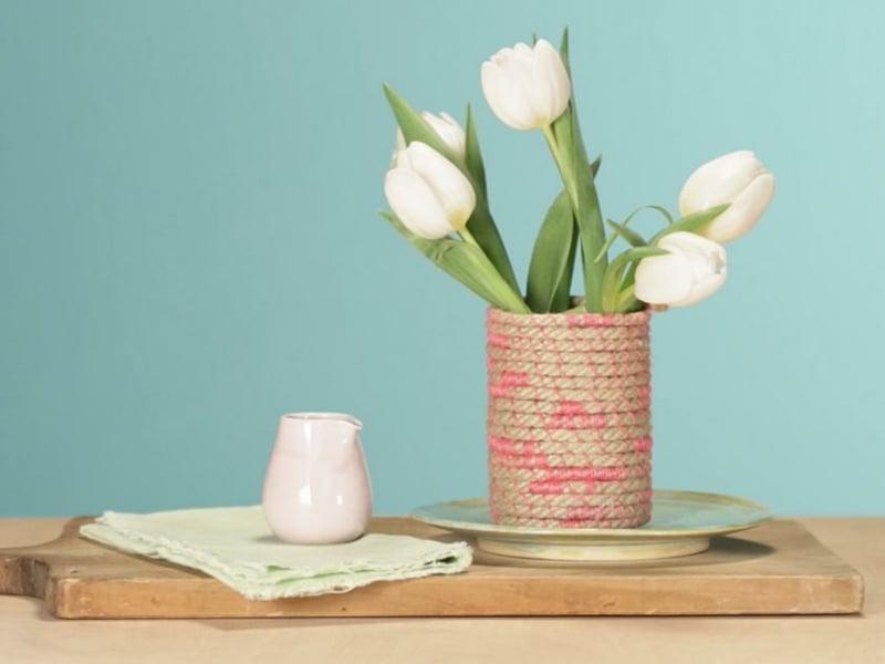 fünf weiße tulpen in selbstgemacher vase