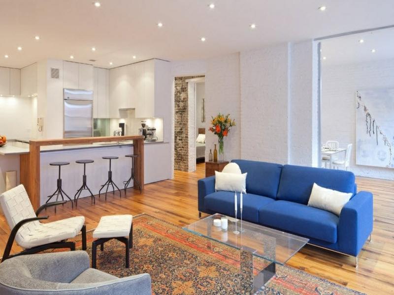 blaus sofa in einem zimmer mit wanddesign mit weißen ziegeln