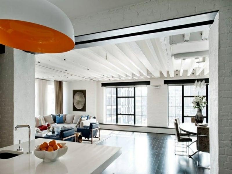 wanddesign mit weißen ziegeln kontrastieren der orangen farbe