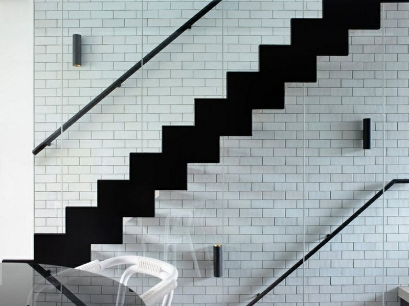 treppenhaus und luxuriöses wanddesign mit weißen ziegeln