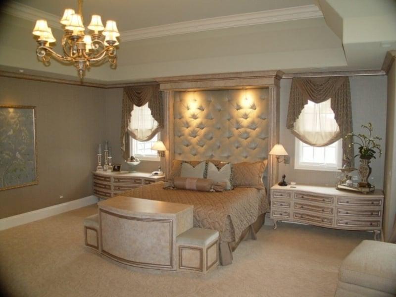großes luxus schlafzimmer mit kronleuchter