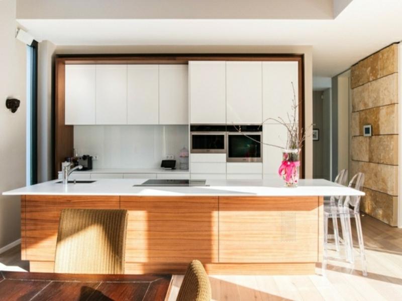 designer weiße schränke über der kücheninsel