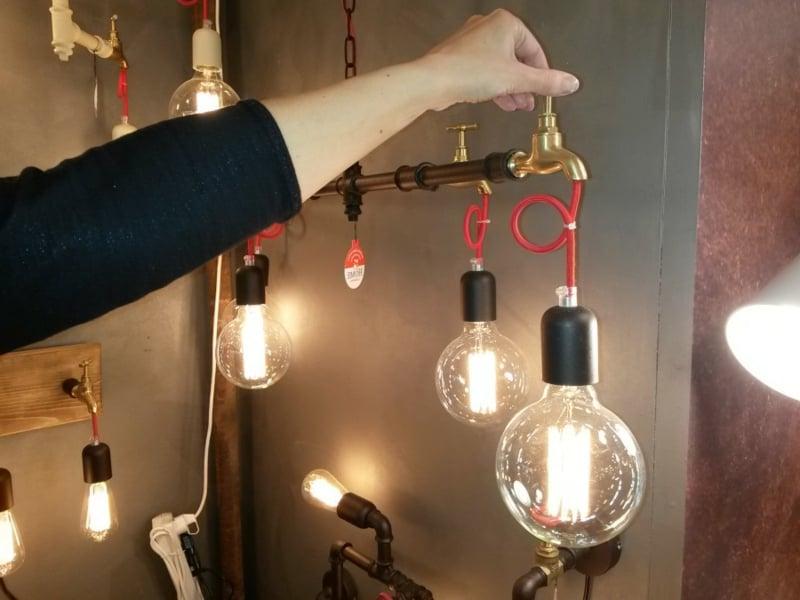 lampe aus dem wasserhahn im wohnzimmer