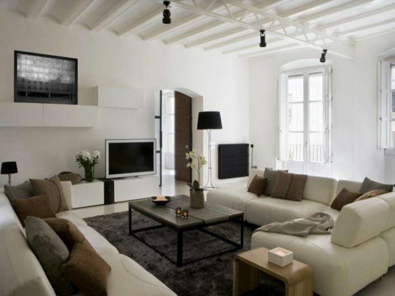 helle möbel neben dem wohnzimmerteppich