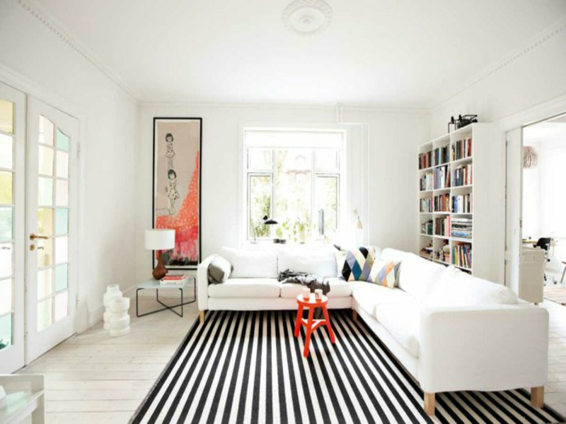 rofe farbe auf dem wohnzimmerteppich