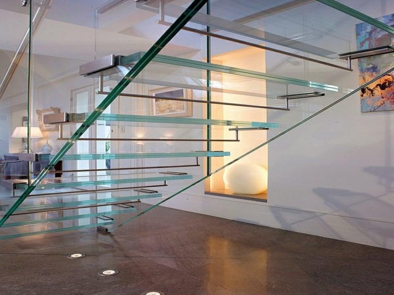 moderne treppen aus glas und korridor