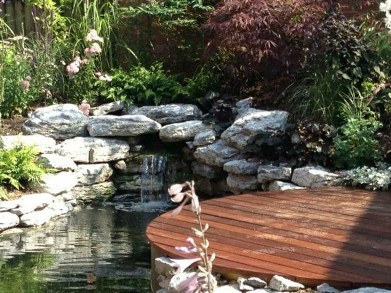 Bachlauf und dekorativer Gartenteich