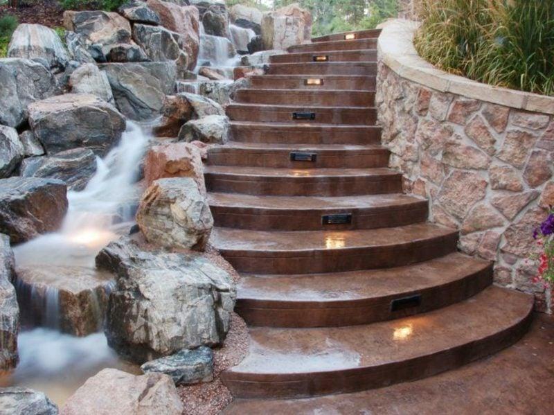 originelle Ideen Treppe und Bachlauf nebeneinander