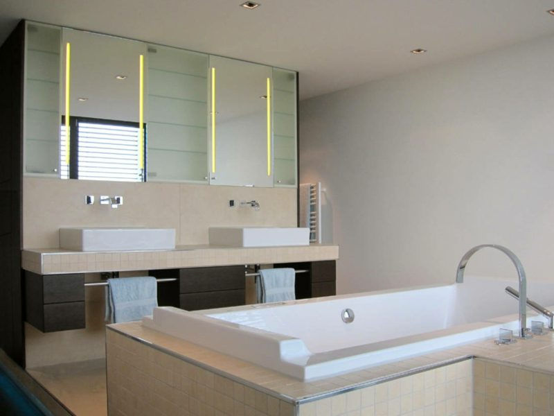 zwei beleuchtete Spiegel Badezimmer