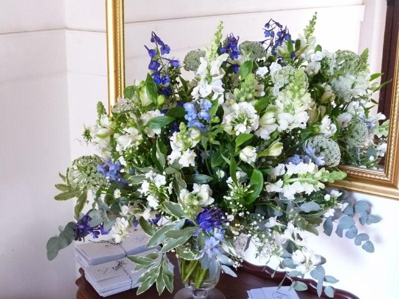 Blumengestecke für Hochzeit blue and white