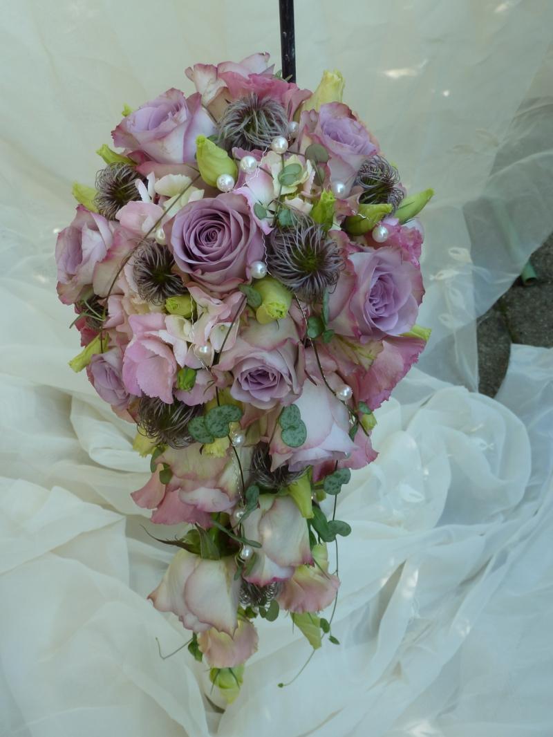 Brautstrauβ in der form von Wasserfall Rosen