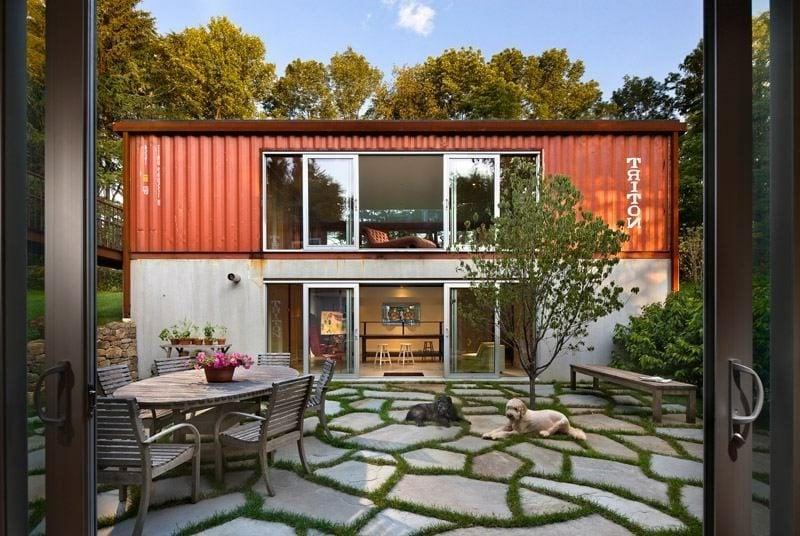 originelles Container Haus mit zwei Stockwerken