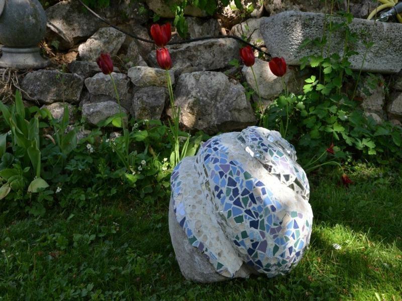 Gartenskulptur dekoriert mit Mosaik