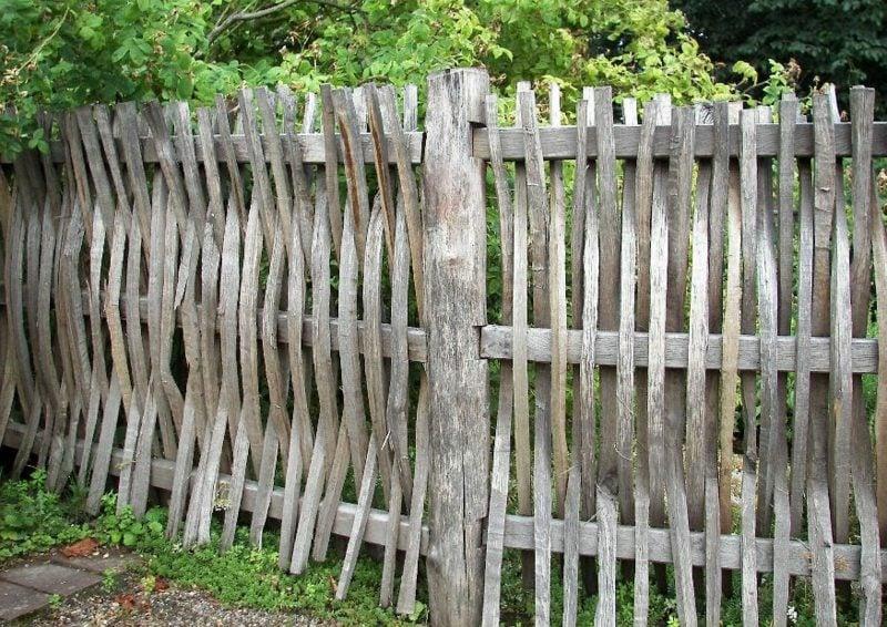 Holzzaun rustikale Ausstrahlung Sichtschutz im Garten