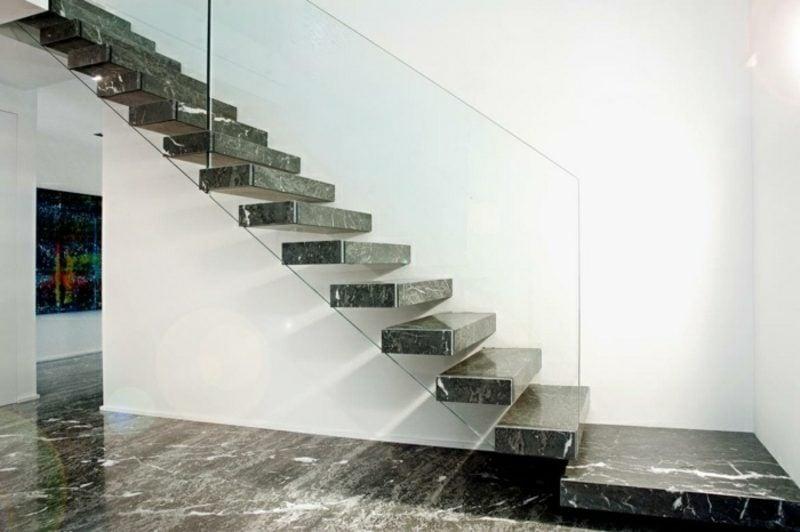 freitragende Treppe aus Granit