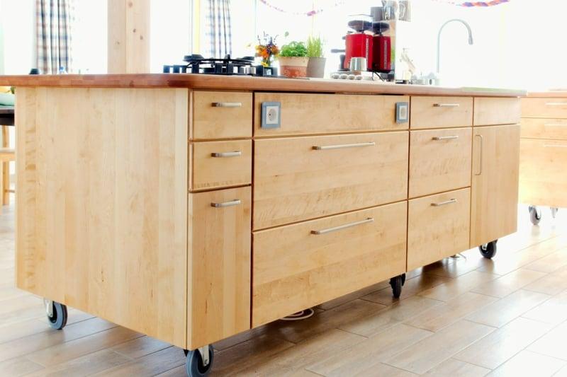 moderne Küchengestaltung Kücheninsel auf Rollen