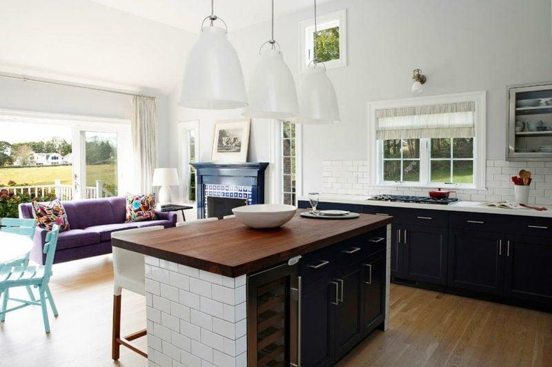 originelle Kücheninsel aus dunklem Holz