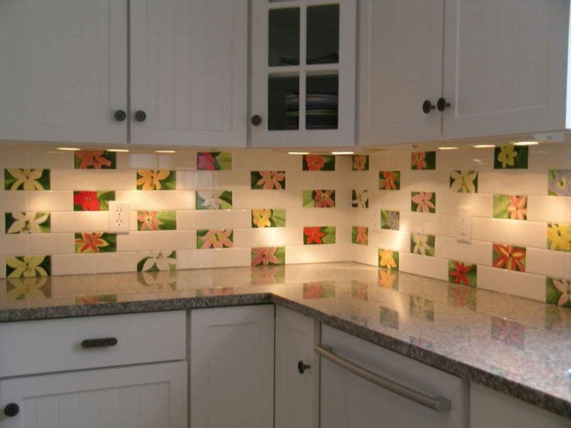 Küchenrückwand Ideen weiss rote Subway