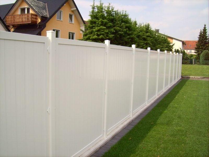 weisser Zaun aus Kunststoff