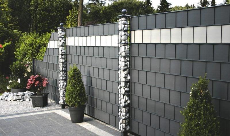 moderner Zaun aus Kunststoff mit Gabionen
