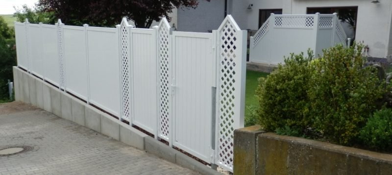 Gartensichtschutz weisser Zaun aus Kunststoff