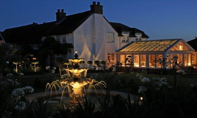 Gartenbrunnen beleuchtet
