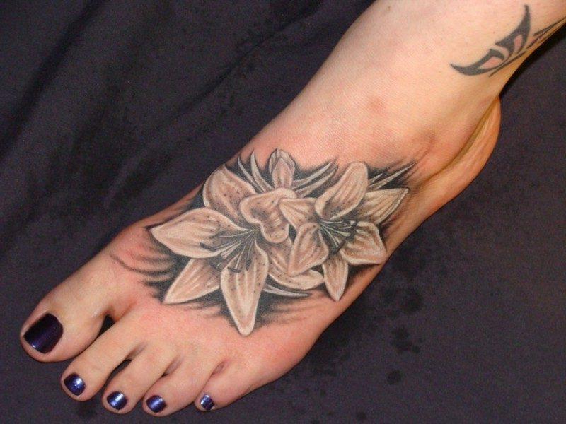 herrliche Lilien Tattoo am Fuss