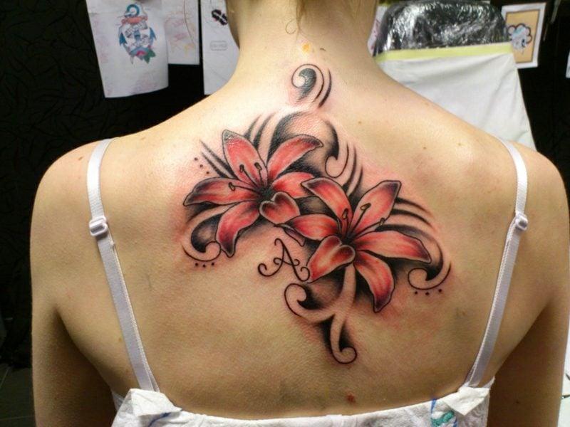Lilien Tattoo Rücken kreative Designideen