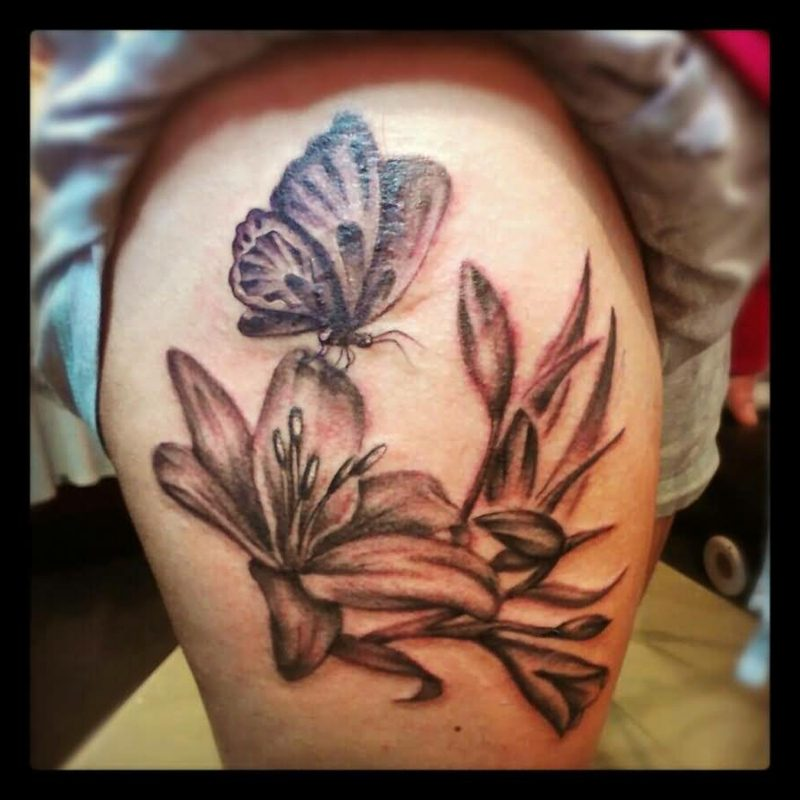 Lilien Tattoo am Bein
