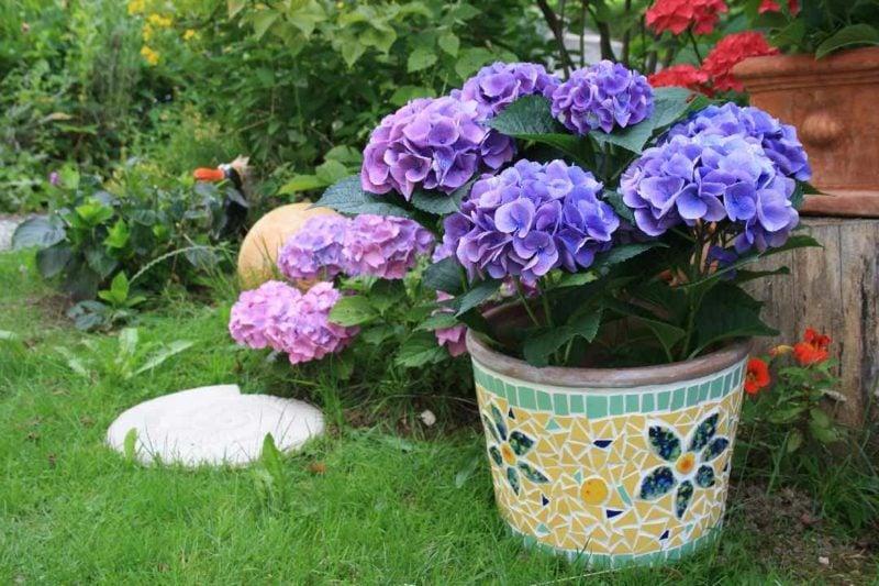 Blumentopf mit Mosaikdeko
