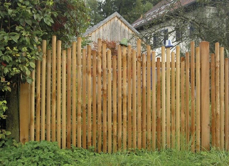 hoher Zaun aus Holz Gartensichtschutz
