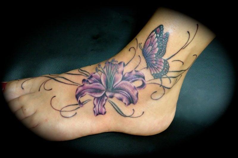 Schmetterling und Lilie Tattoo am Fuss