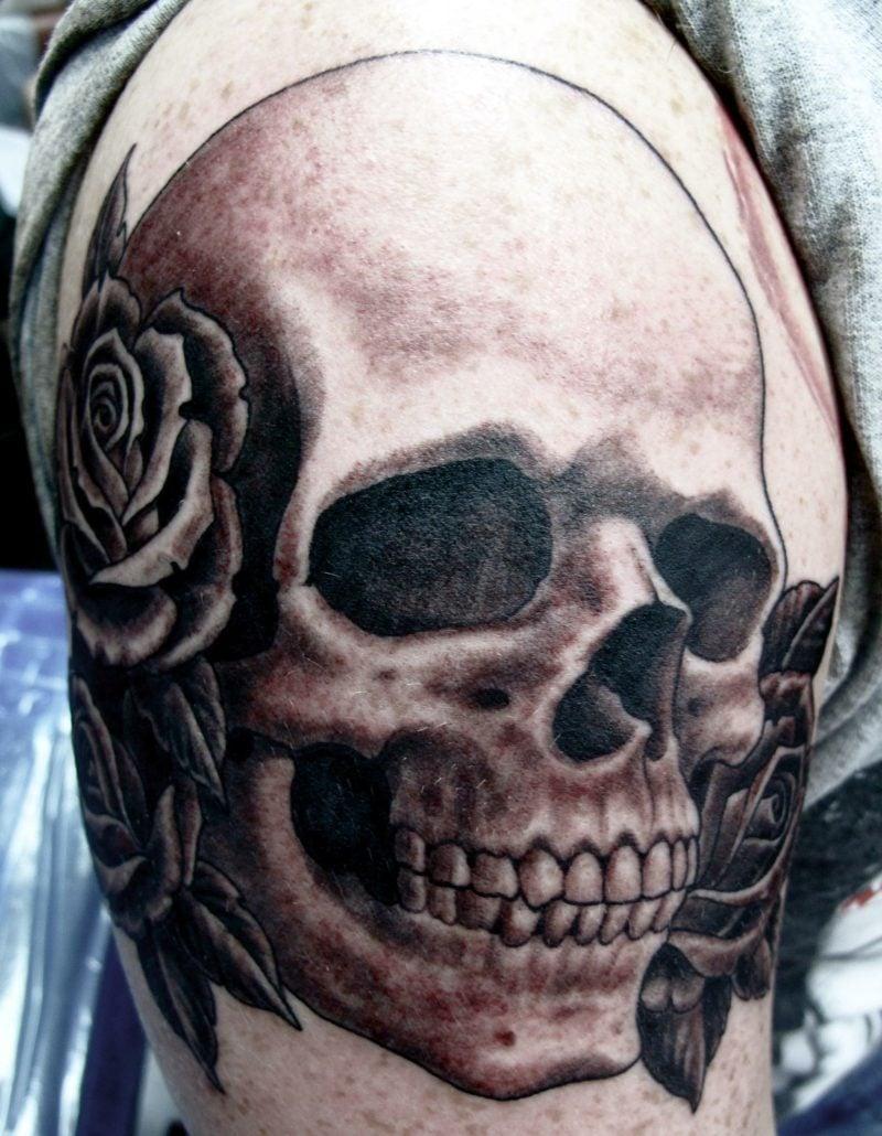 Totenkopf Tattoo Schulter