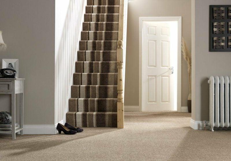 gestreifter Teppich Treppenhaus