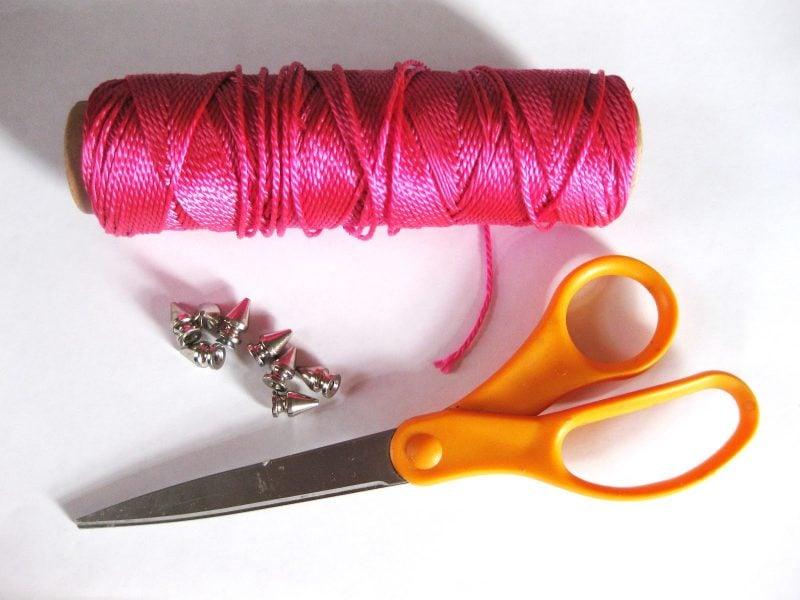 Das Armband kann mit Glitzersteinen und Ketten verziert werden