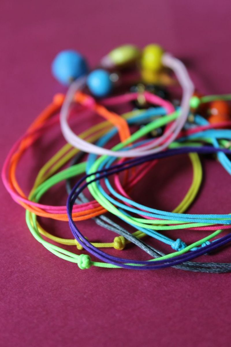 armbänder knüpfen farblich