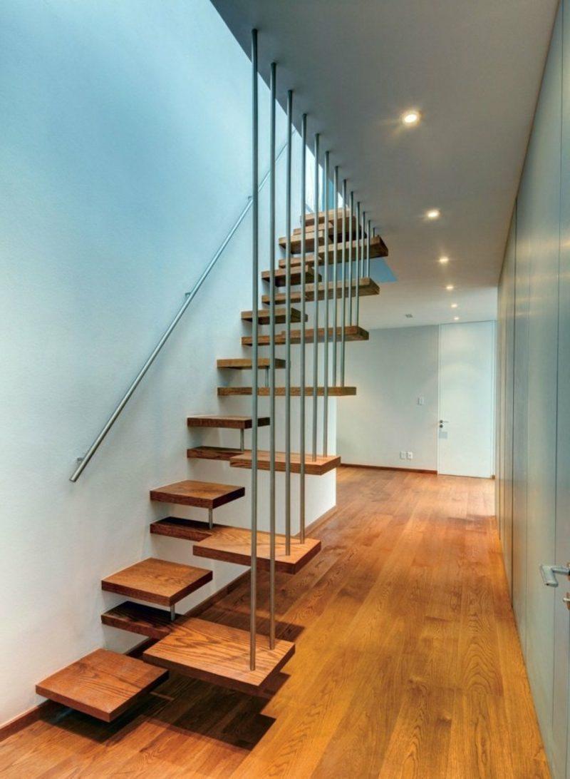 extravagante freihängende Treppe Holz